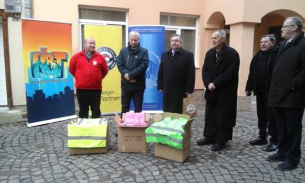Közlekedésbiztonsági és orvosi eszközöket adott át Soltész Miklós és a Katolikus Karitász Kárpátalján
