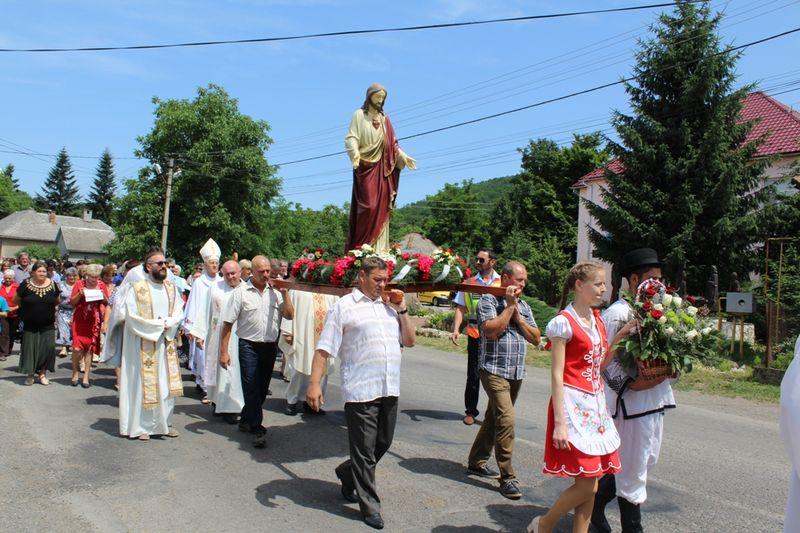 Búcsú, Jézus Szíve szobor és felújított plébánia. Hármas ünnep Benében