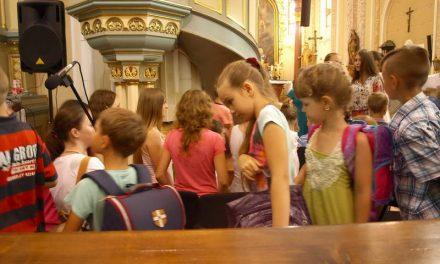 До храму прийшли діти з… ранцями