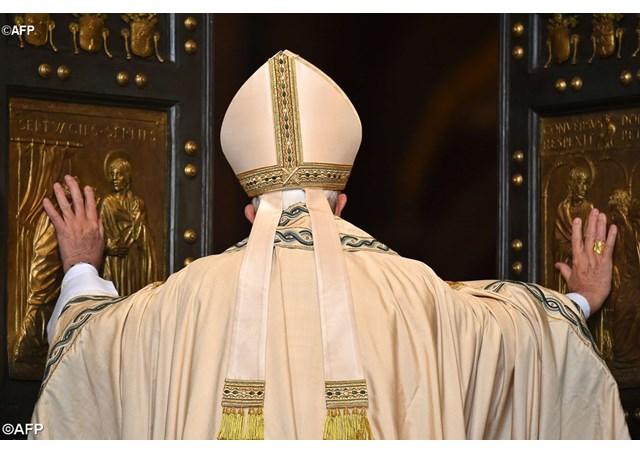 Папа Франциск відкрив Святі Двері базиліки Святого Петра у Ватикані