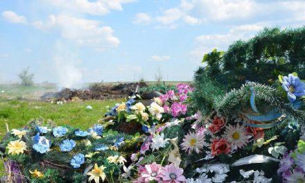 Церква каже «Ні!» пластиковому сміттю на кладовищах