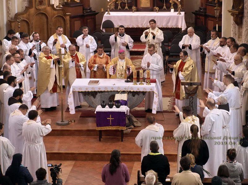 Ісус довіряє нам, священикам! Меса посвячення Мира у кафедральному соборі Мукачева