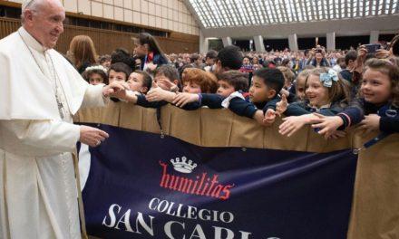 Папа: Виховати означає навчити прямувати вперед і підводитись після падіння