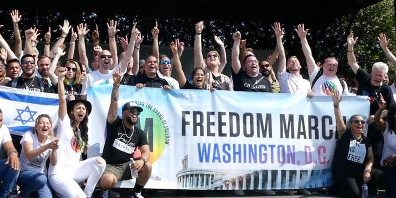 200 колишніх гомосексуалістів, лесбійок та трансгендерів продемонстрували свободу, яку вони знайшли у слідуванні за Ісусом