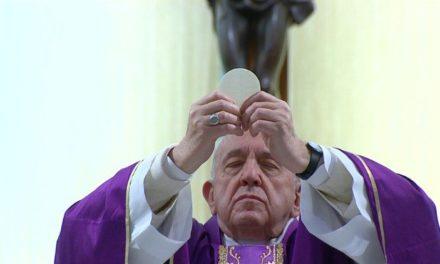 Коронавірус: Папа закликав священиків приносити хворим Святе Причастя