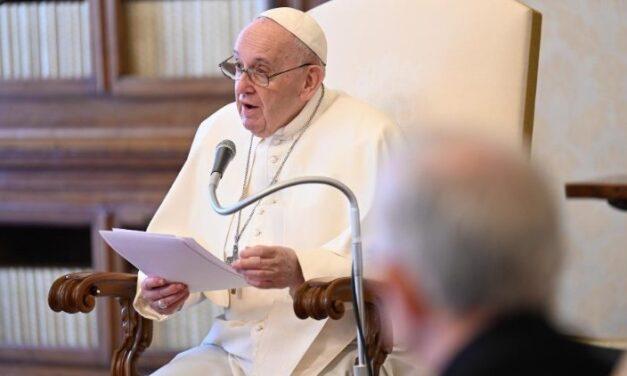 Папа: Молитися за інших – це перший спосіб їх любити