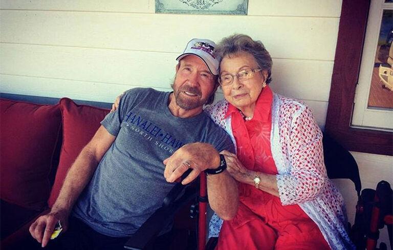 «Вона молилася за мене все моє життя», — Чак Норріс про життя і віру своєї 100-річної мами